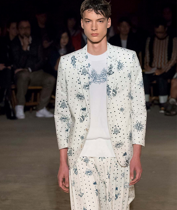 alexander mcqueen victimisation report Alexander mcqueen rtw spring 2019 42 photos burton is the reverse of the ready-to-wear designers who show during couture she is a couturier showing on the rtw schedule.